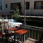 Petite table sympa en terrasse