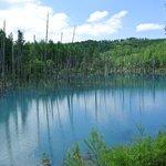 น้ำในสระเป็นสีฟ้าเพราะ แร่อลูมินั่มในน้ำ