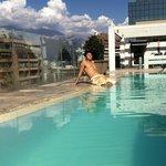 Disfrutando de la piscina en la terraza