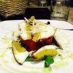 tartare di manzo con mela verde e salsa ai lamponi,