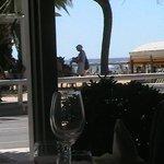 Comer viendo palmeras y el mar