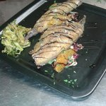 Filetti di sgombro con julienne di zucchine e insalatina croccante di verdure di stagione
