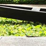 Lago artiificial com barco e chafariz