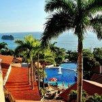 Zicht op zee en zwembad vanop balkon