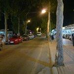 ulica wieczorową porą przy hotelu