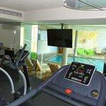 sala fittness con vista piscina