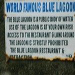 Cartel que cuenta que alli se hizo la pelicula la laguna azul