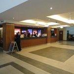 Vista parcial de la recepción y del lobby del hotel