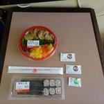 近くの店で購入した寿司。旨い。