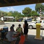 L'entrée du camping avec les vigiles et l'arrêt du ptit train