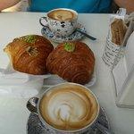 Cornetti al pistacchio e cappuccino