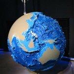 глобус, на котором обозначен рельеф Мирового океана
