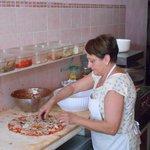 Signora przygotowuje pizzę