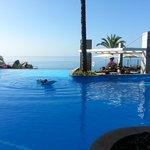 prachtig zwembad met mooie overloop.