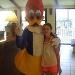 Con la novia de Woody en la recepción del hotel