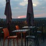 vue de l'intérieur de la salle de restaurant vers la terrasse et la vallée