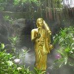Estatua de Buda en las fuentes de Wat Saket