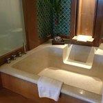 バスルームは、2人で十分入れるほどの広さがあります。