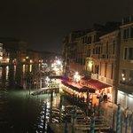 После дня походов по Венеции вечером в этом месте с бокалом вина на канале, прелестно!