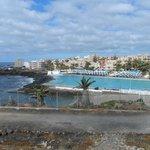 Вид на пляж, бассейн и отель