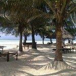 Het mooie strand met de ligbedden