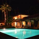Der Pool mit den umliegenden Zimmern am Abend