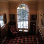 palier de l'escalier avec moquette aux couleurs du clan écossais du propriétaire