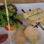 Entrée du menu à 21 à l adresse: foie gras et son chutney de dattes: parfait