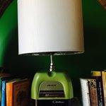 Lampe créée à partir d'objets récupérés par l'artiste Christine Lebel. Beau ! Exposé au café le
