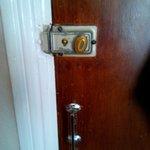 Puerta con pestillo, sin cierre de seguridad