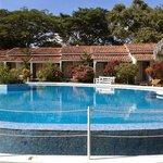 Habitaciones frente a la piscina