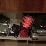 Pouquíssimo espaço para roupas, aliás, o quarto era pequeno.