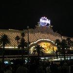 Frente do hotel vista noturna.