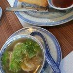 Vorspeise: Wonton suppe mit selbstgemachtem Frühlingsrollen.