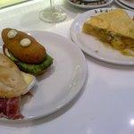 Tortilla de queso azul con cebolla caramelizada y pinchos a 2€