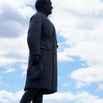 памятник Куйбышеву перед театром