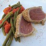 Tagliata di tonno in crosta di sesamo con pendolini, zenzero e fagiolini