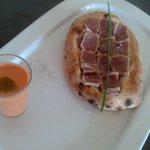 Focaccia de atun de almadraba y salmorejo aromatizado con albahaca.