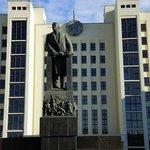памятник Ленину перед Домом Правительства