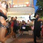 Balli fuori dall'Hotel Eden