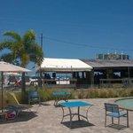 Blick vom Pool Richtung Beach Bar und Sandstrand