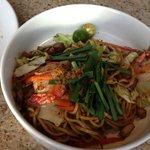 Noodles, camarão, porco e alguns legumes