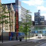 imagem que revela o belo contraste do velho e do novo em Edimburgo. Os prédios modernos são do h