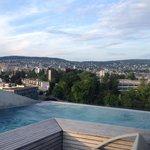 Quelle vue et la piscine est chauffée