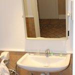Chambre 438 Lavabo et miroir inclinable