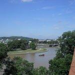 uma vista da cidade e do rio que a atravessa