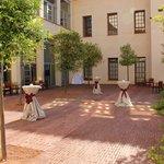 Сад внутри отеля оформляют для свадьбы