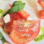 Ensalada de tomate, pesto y queso de cabra.