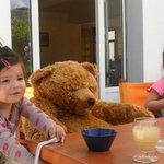 L'Ours nous convie à prendre un verre sur la terrasse