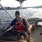 Capitaine Simon avec un jeune enfant